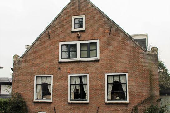 De ramen stammen uit de jaren '70 en zijn geen exacte kopieën van een historisch raam.